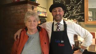D'origine marocaine, Anton Dani, le patron du Café de Paris à Boston et une de ses habituées Judith, tous les deux, pro-Brexit.