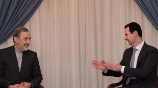 Резкое заявление в адрес французского президента сделал иранский высокопоставленный политик Али Акбар Велаяти. На фото — Велаяти (слева) на встрече с Башаром Асадом (2016 г.)