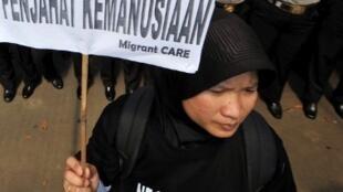 Lors d'une manifestation à Jakarta en juin 2011 contre l'exécution de domestiques indonésiennes en Arabie Saoudite, une femme brandit un panneau: «l'Arabie Saoudit est un criminel de l'humanité»