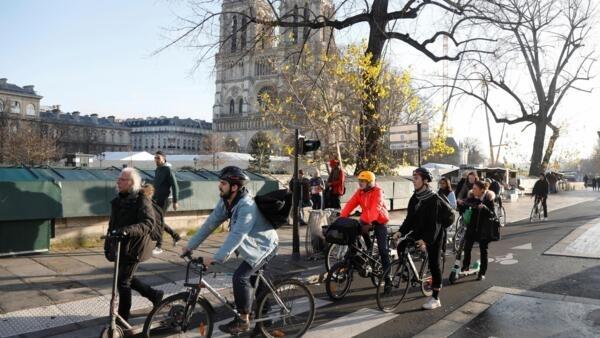 Từ khi ngành giao thông công cộng Pháp và Paris đình công, số lượng người đi xe đạp và phương tiện hai bánh gia tăng ở Paris. Ảnh minh họa, ngày 18/12/2019..