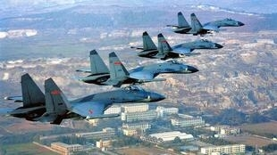 圖為中國空軍殲11戰機編隊飛行照片