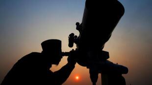Autoridade islâmica observa a lua por meio de telescópio para decretar o início do Ramadã, em Jacarta.