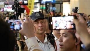 陶輝曾出現警方鎮壓示威現場,被示威者圍觀