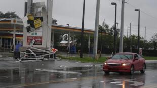 Um posto de gasolina destruído depois da passagem do furacão Irma em Fort Lauderdale, Flórida, EUA, 10 de setembro de 2017.
