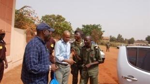 Bubo Na Tchuto (en bleu) à Bissau, le 1er avril 2010. (Photo d'illustration)