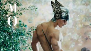 "Cartaz da exposição ""Masculin/Masculin. Foto de uma  pintura de Pierre e Gilles: Mercúrio, 2001(Modelo Enzo Júnior)."