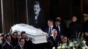 法國搖滾巨星約翰尼·哈里戴家屬及友人擡棺進入教堂資料圖片