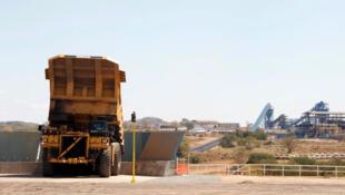 Carregamento de carvão em mina de Moatize, no norte de Moçambique, em 2011.