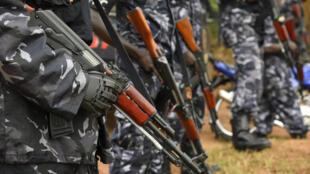 Des officiers de police ougandais en poste devant la maison du principal opposant Kizza Besigye, le 22 février 2016, dans la banlieue de Kampala.