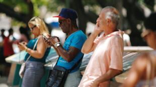 Dân Cuba thử nối mạng internet với điện thoại cầm tay tại La Habana, ngày 10/08/2018.