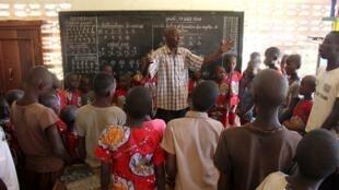 M. Marcel, enseignant pour la fondation la Voie du Coeur, ici dans sa classe à Bangui.