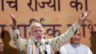 Le Premier ministre indien Narendra Modi s'adresse à ses partisans au siège du Bharatiya Janata Party après sa victoire aux élections régionales, à New Delhi, le 12 mars 2017.
