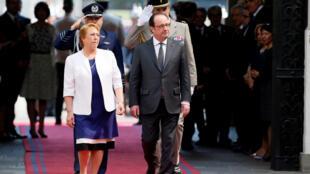 A presidente chilena, Michelle Bachelet, recebe François Hollande.