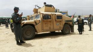 Афганские силовики недалеко от места нападения на автоколонну курсантов полицейской академии, 30 июня 2016 г.