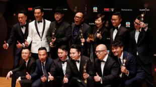 2017年4月9日,《树大招风》剧组成员获得香港电影金像奖最佳电影和最佳导演等大奖后合影。
