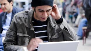 Hossam El Hamalawy blogging in downtown Cairo