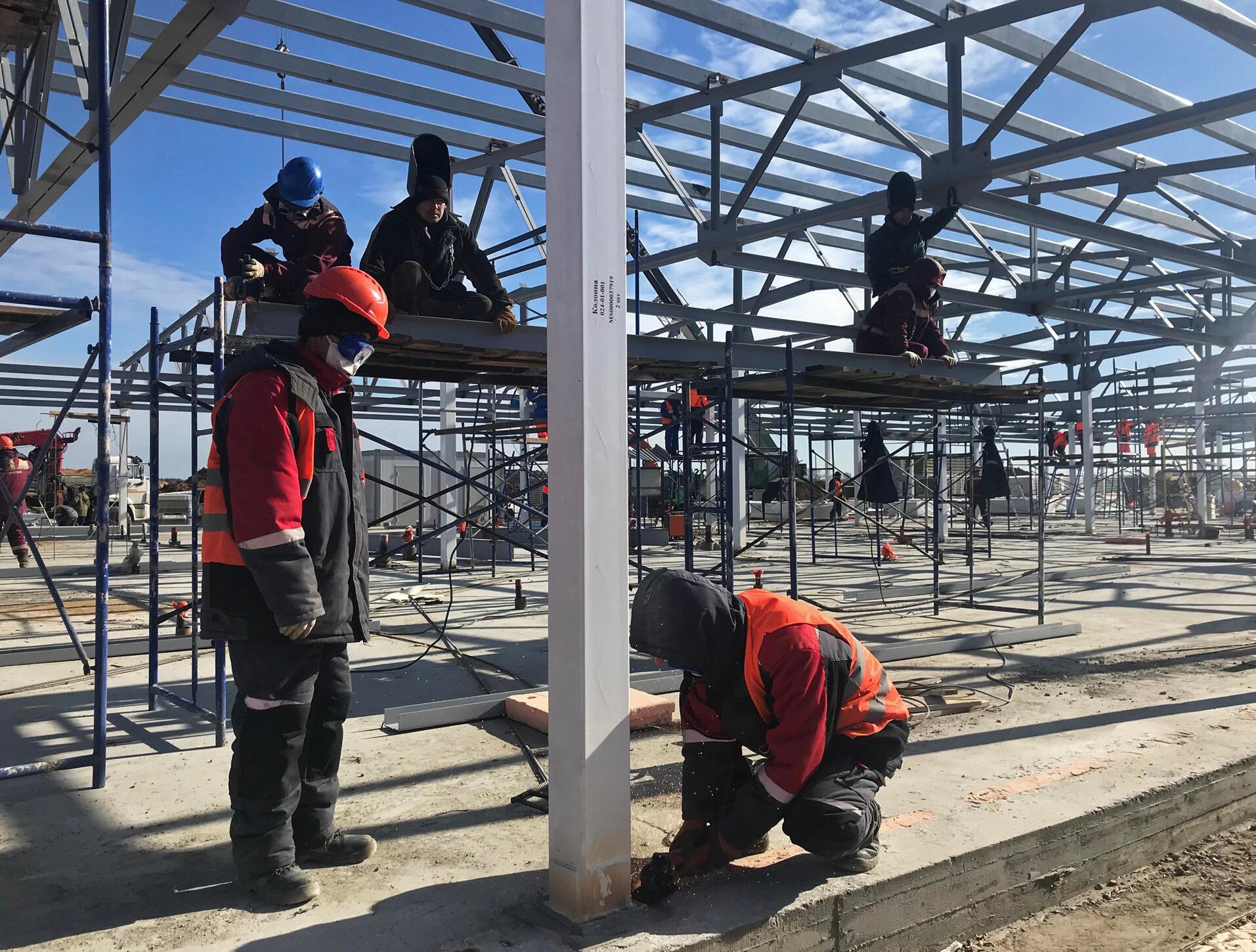 Мигранты из Средней Азии работают на строительстве новой больницы в Москве для больных Covid-19. 25 марта 2020.