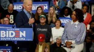 Le candidat Joe Biden aux côtés de l'actrice Vivica A. Fox lors d'un meeting à Coastal Carolina University à Conway en Caroline du Sud, le 27 février 2020.