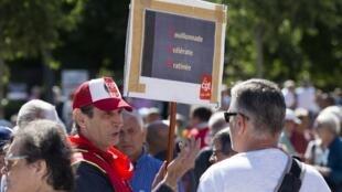 В Марселе несколько сотен человек вышли на акцию по призыву профсоюзов «Рабочая сила» и «Всеобщая конфедерация труда»
