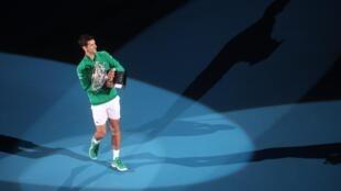 Le Serbe Novak Djokovic célèbre sa victoire face à Dominic Thiem en finale de l'Open d'Australie le 2 février 2020.