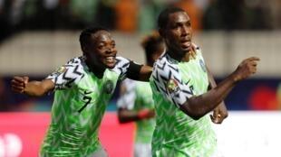 Ahmed Musa (à gauche) célèbre Odion Ighalo, double buteur et passeur décisif avec le Nigeria face au Cameroun.