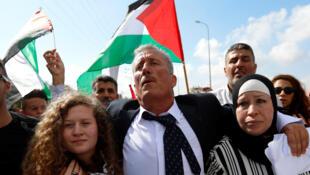 Ahed Tamimi, ici aux côtés de son père et de sa mère, a été accueillies en héroïne dans son village de Nabi Saleh ce dimanche 29 juillet 2018.
