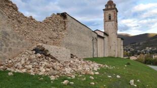 A Norcia, un mur longeant une église, endommagé après l'un des deux séismes qui a frappé l'Italie, mercredi 27 octobre.