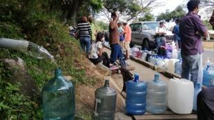 Em Caracas cidadãos buscavam água, driblando os efeitos do apagão.