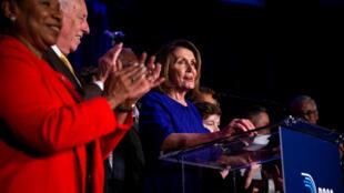 2018年11月6日晚,美國民主黨眾議院議員團領袖人物佩羅西慶祝民主黨人奪回眾議院主導權。