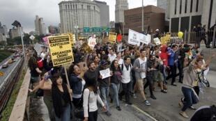 Protestos contra Wall Street bloqueiam a ponte do Brooklyn, em Nova York.