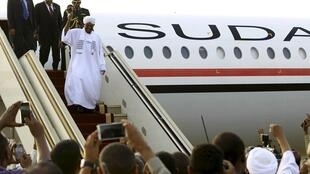Sudan's President Bashir disembarks from his plane in Khartoum after attending an AU summit in Johannesburg, 15 June 2015