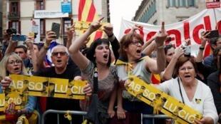 Des manifestants protestent contre l'investiture de la maire sortante de Barcelone, Ada Colau, le 15 juin 2019.