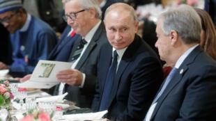 Le président russe, en discussion avec le secrétaire général des Nations unies, M. Guterres, ce dimanche 11 novembre 2018 à Paris. A droite de M. Poutine, le président de la Commission européenne, M. Juncker. Ni l'ONU, ni l'UE n'existaient en 1918.