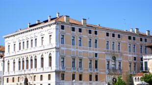 A Venise en Italie, deux expositions d'art contemporain au Palazzo Grassi - Fondation François Pinault, sont consacrées à l'artiste allemand Sigmar Polke (1941-2010), et l'exposition « Accrochage » à la Pointe de la Douane, jusqu'en novembre 2016.