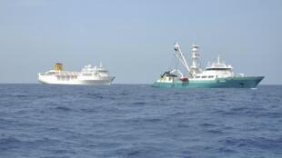 O navio Costa Allegra é rebocado por um pesqueiro francês no Oceatno Índico.