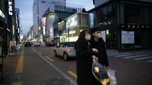 Dongseong ro, một trục lộ vốn sầm uất của thành phố Daegu vắng bóng người vào chiều ngày Thứ Bảy.