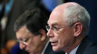 ប្រធានក្រុមប្រឹក្សាអឺរ៉ុប លោក Herman Von Rompuy (រូបប្លង់មុខ) និងប្រធានសហភាពអឺរ៉ុបផុតអណាត្តិ José Manuel Barroso