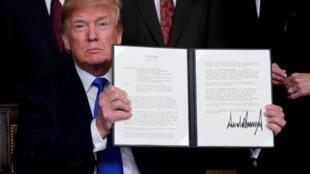 Tổng thống Mỹ Donald Trump với bản sắc lệnh liên quan đến các biện pháp tăng thuế với hàng Trung Quốc, do chính ông ký, Washington, 22/03/2018.