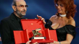 Stanley Donen, ao lado da atriz Sophia Loren, recebe um Leão de Ouro de honra em Veneza, em 2004.