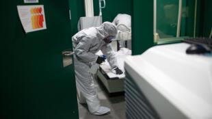 Un soldado de la Unidad Militar de Emergencias (UME) desinfecta una sala de rayos X en la ciudad española de Barcelona el 27 de marzo de 2020
