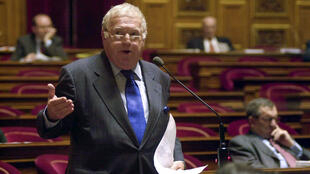 Michel Charasse, lors d'une discussion au Sénat, le 7 novembre 2001. Il est mort dans la nuit de jeudi 20 février au vendredi 21 février.