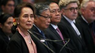 Nhà lãnh đạo Miến Điện Aung San Suu Kyi trước Tòa án Công lý Quốc tế (CIJ) tại La Haye ngày 10/12/2019 vì vụ kiện diệt chủng người Rohingya.