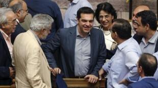 O premiê grego, Alexis Tsipras, recebe o apoio da oposição para seu plano de reformas no Parlamento grego.