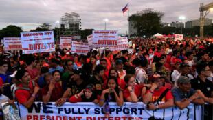 Milhares de defensores da política antidrogas de Rodrigo Duterte foram às ruas nas Filipinas