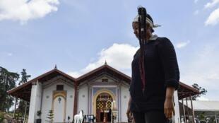 Une femme se trouve dans une partie du nouveau «Parc de l'Unité», ancien palais de l'empereur qui a été restauré, avant son ouverture au public à Addis-Abeba, le 8 octobre 2019.