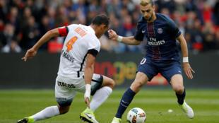 O zagueiro Hilton Vitorino (de costas) diante do atacante Javier Pastore do PSG, em jogo no Parc des Princes, em Paris. 22/4/17