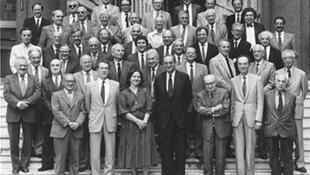 Françoise Héritier rodeada de sus colegas del College de France en 1985.