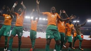 Côte d'Ivoire's team celebrate after winning their place in the CAN 2015 final