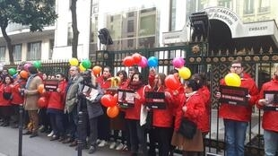 Reporters sans frontières s'est mobilisé devant l'ambassade du Cameroun pour demander la libération d'Amadou Vamoulké, Paris, lundi 10 février 2020