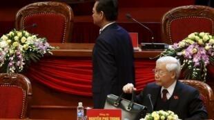 Ông Nguyễn Phú Trọng (P) và ông Nguyễn Tấn Dũng tại Đại hội Đảng 12, Hà Nội, ngày 26/01/2016